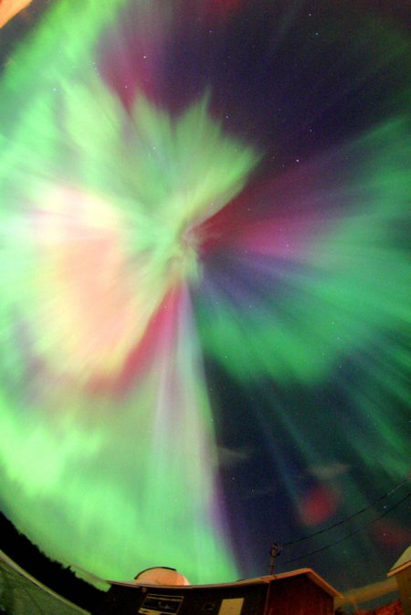 Все небо в многоцветной короне полярного сияния